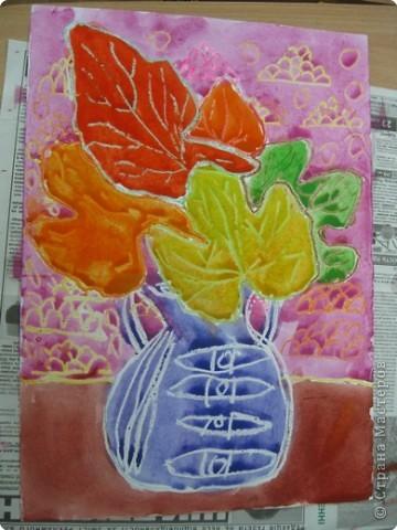 Сегодня на уроке в третьем классе рисовали осенние букеты. Листья,восковые мелки и акварель. фото 3