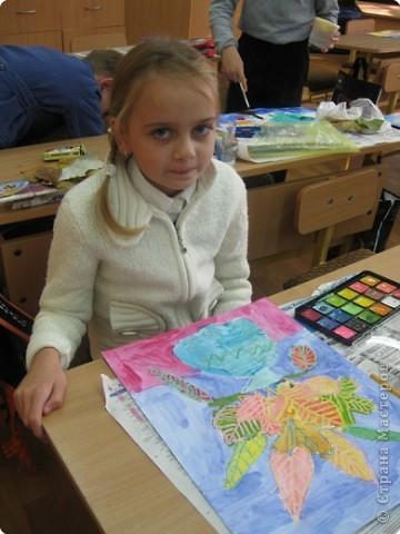 Сегодня на уроке в третьем классе рисовали осенние букеты. Листья,восковые мелки и акварель. фото 6