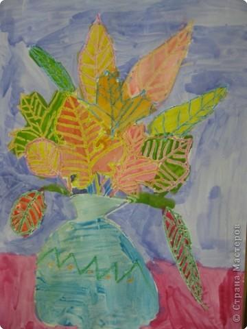 Сегодня на уроке в третьем классе рисовали осенние букеты. Листья,восковые мелки и акварель. фото 5