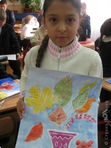 Сегодня на уроке в третьем классе рисовали осенние букеты. Листья,восковые мелки и акварель. фото 8