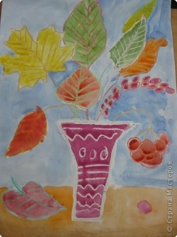 Сегодня на уроке в третьем классе рисовали осенние букеты. Листья,восковые мелки и акварель. фото 7