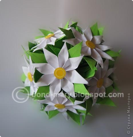 Этой работой я хотела бы показать вам, что многие модули для кусудам или просто цветочки можно комбинировать между собой - получаются совершенно другие кусудамы!  И к тому же я давно мечтала иметь летние цветочки (ромашки) фото 1
