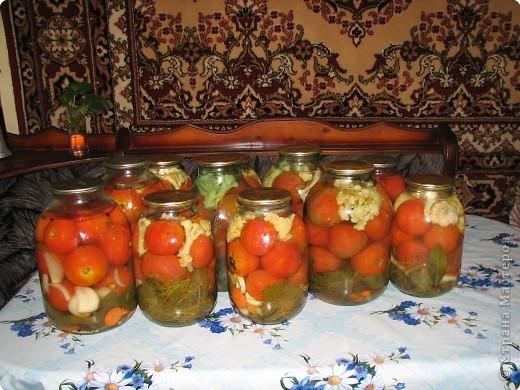 Рецепт: 5,5 кг помидор, 100 г укропа, 150 лука, 200г морковки, корень хрена100г, 3-4 горошины перца душистого и черного, лист черной смородины10г, лист вишни10г,  1-2 шт. лаврового листа. На трех литровую банку 2 ст. ложки соли, 4 ст. ложки сахара, 1 сл.ложку уксуса.  фото 2