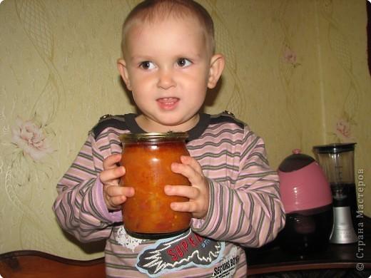 Рецепт: 5,5 кг помидор, 100 г укропа, 150 лука, 200г морковки, корень хрена100г, 3-4 горошины перца душистого и черного, лист черной смородины10г, лист вишни10г,  1-2 шт. лаврового листа. На трех литровую банку 2 ст. ложки соли, 4 ст. ложки сахара, 1 сл.ложку уксуса.  фото 7