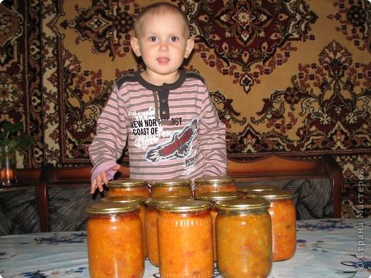 Рецепт: 5,5 кг помидор, 100 г укропа, 150 лука, 200г морковки, корень хрена100г, 3-4 горошины перца душистого и черного, лист черной смородины10г, лист вишни10г,  1-2 шт. лаврового листа. На трех литровую банку 2 ст. ложки соли, 4 ст. ложки сахара, 1 сл.ложку уксуса.  фото 6