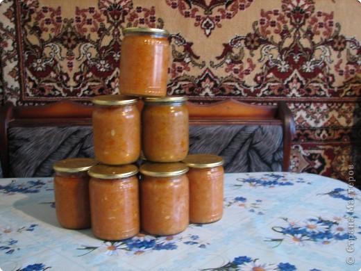 Рецепт: 5,5 кг помидор, 100 г укропа, 150 лука, 200г морковки, корень хрена100г, 3-4 горошины перца душистого и черного, лист черной смородины10г, лист вишни10г,  1-2 шт. лаврового листа. На трех литровую банку 2 ст. ложки соли, 4 ст. ложки сахара, 1 сл.ложку уксуса.  фото 8
