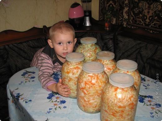 Рецепт: 5,5 кг помидор, 100 г укропа, 150 лука, 200г морковки, корень хрена100г, 3-4 горошины перца душистого и черного, лист черной смородины10г, лист вишни10г,  1-2 шт. лаврового листа. На трех литровую банку 2 ст. ложки соли, 4 ст. ложки сахара, 1 сл.ложку уксуса.  фото 11