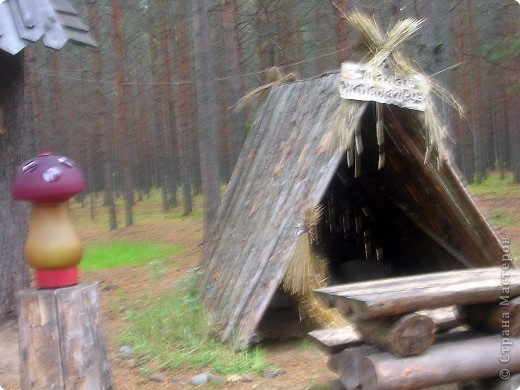 Предлагаю совершить путешествие на Вотчину Деда Мороза в Великий Устюг, тем более, что и повод подходящий имеется - 18 ноября главный российский волшебник отмечает свой день рождения! Вотчина находится в нескольких километрах от города, в сосновом бору. фото 2