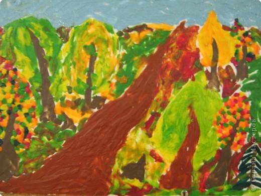 Это наш осенний лес. Он очень красив осенью. Деревья стоят разноцветные: красные, оранжевые, жёлтые. Гуляя в этом лесу можно встретить лягушек, ящериц, белок, кротов. Но осенью нельзя повстречать их. Они уже спрятались. Тихо в осеннем лесу. только шуршат падающие с осенних деревьев листья. Как красиво в нашем лесу!