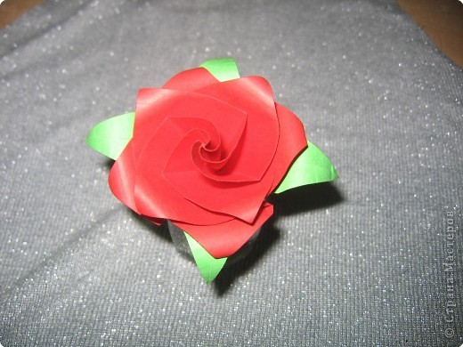 Вот, сложила розочку, по-моему, я здесь ещё такую не видела.  Складывала без схемы, доходила сама. Не могла успокоиться, когда увидела это: http://puupuu.gozaru.jp/galle/002/0020200.html , ссылку давала Эм, сказав, что влюбилась в эту кусудамку она тоже придумала очень красивую розочку!  фото 2