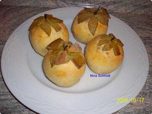 Яблоки помыть, обсушить,удалить серединку,начинить. Начинка: творог+любые орехи+мёд. Обвернуть яблоко тестом, сделать листочки,помазать яйцом сверху и положить листочки. запечь180-200 гр. 45 минут. фото 1