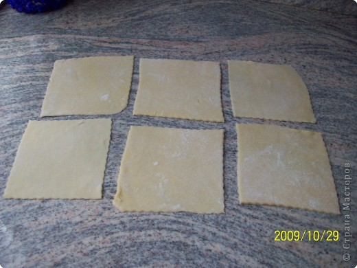 Манты на заварном тесте. 200 мл. молока,1 яйцо, пол чайной ложечки соли, размешать, добавить муку сделать массу как на оладьи.Поставить на плиту и поварить 3-4 минуты непрерывно помешивая, снять с плиты   добавить муку до нужной  консистенции.Поставить в сторонку,пусть отдохнёт минут 30. фото 3
