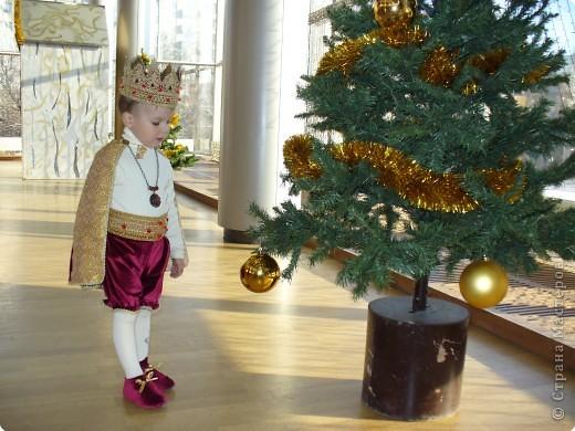 Этот новогодний костюм я сделала сама. Корона и пояс шорт связаны крючком из люрикса, затем украшены бусинами. Шортики и чехлы на обувь сшиты из бархата, а накидка из парчи и того же бархата