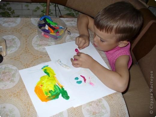 """Пластилином сын """"рисует"""" давно, но цвета смешивать взялся недавно. У улитки завитки по кругу разными цветами не получились, расстроился и начал делать медузу белую!..."""
