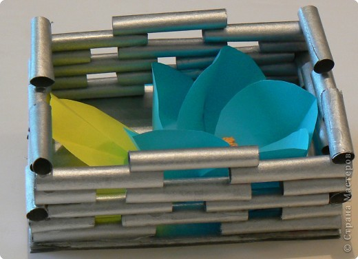Корзинка из обрезков газетных трубочек, которые остались от другой работы. Цеток сделан по МК нашей гуру, Просняковой. фото 3