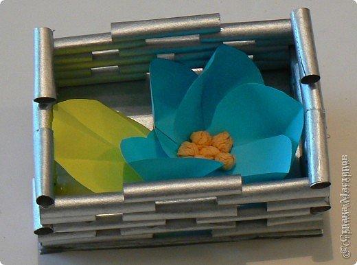 Корзинка из обрезков газетных трубочек, которые остались от другой работы. Цеток сделан по МК нашей гуру, Просняковой. фото 2