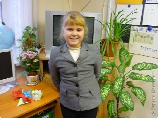 Машенька Стрельникова ( 3 класс) любит оригами. Сегодня сделала цветы из бумаги и браслет. фото 1
