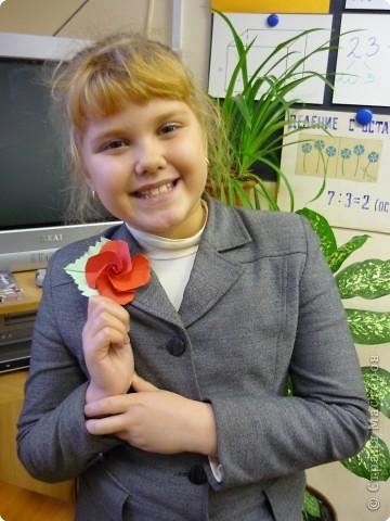 Машенька Стрельникова ( 3 класс) любит оригами. Сегодня сделала цветы из бумаги и браслет. фото 5