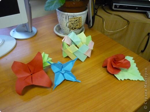 Машенька Стрельникова ( 3 класс) любит оригами. Сегодня сделала цветы из бумаги и браслет. фото 2
