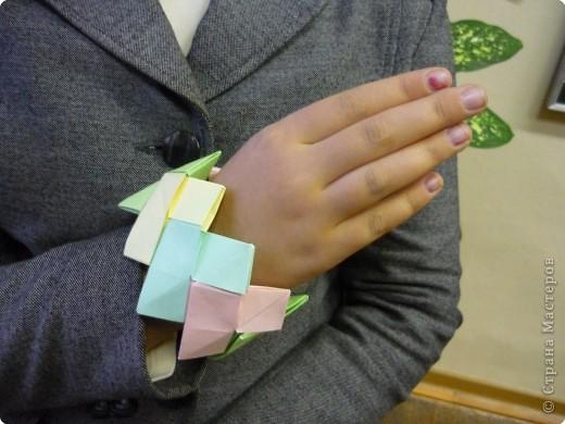 Машенька Стрельникова ( 3 класс) любит оригами. Сегодня сделала цветы из бумаги и браслет. фото 4