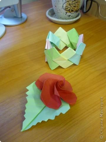 Машенька Стрельникова ( 3 класс) любит оригами. Сегодня сделала цветы из бумаги и браслет. фото 3