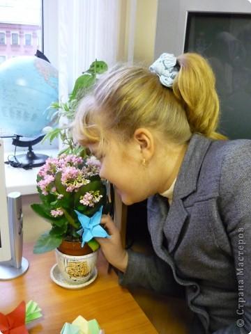 Машенька Стрельникова ( 3 класс) любит оригами. Сегодня сделала цветы из бумаги и браслет. фото 6