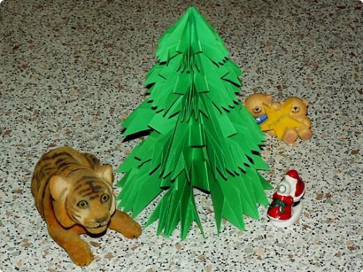 Чудесная оригами-елочка из не менее чудесной книги Светланы Соколовой «Бумажные орнаменты, звезды, гирлянды». Думала поделиться к Новому году, но на сайте, смотрю, подготовка к нему уже идет полным ходом. И снежинки, и елки, и Дед Мороз, и пингвины в ход пошли уже. Вот и решила внести свой вклад в создание новогодней коллекции заблаговременно. фото 22