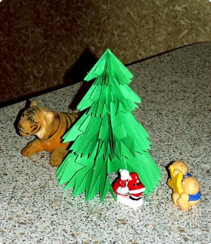 Чудесная оригами-елочка из не менее чудесной книги Светланы Соколовой «Бумажные орнаменты, звезды, гирлянды». Думала поделиться к Новому году, но на сайте, смотрю, подготовка к нему уже идет полным ходом. И снежинки, и елки, и Дед Мороз, и пингвины в ход пошли уже. Вот и решила внести свой вклад в создание новогодней коллекции заблаговременно. фото 1
