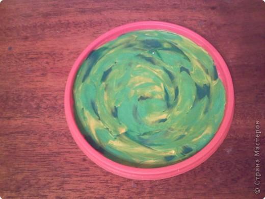 Для поделки нам понадобится -  крышечка от майонезного ведерка, пластилин желтого, зеленого белого цветов, скорлупки грецких орехов, кисточка и гуашь коричневого цвета + ПВА. фото 3