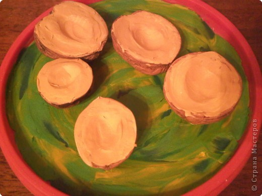 Для поделки нам понадобится -  крышечка от майонезного ведерка, пластилин желтого, зеленого белого цветов, скорлупки грецких орехов, кисточка и гуашь коричневого цвета + ПВА. фото 7