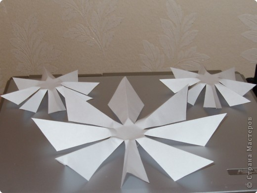 Такую ёлочку можно сделать из белой или цветной бумаги для принтера, а можно покрасить в процессе в золото или серебро  фото 20