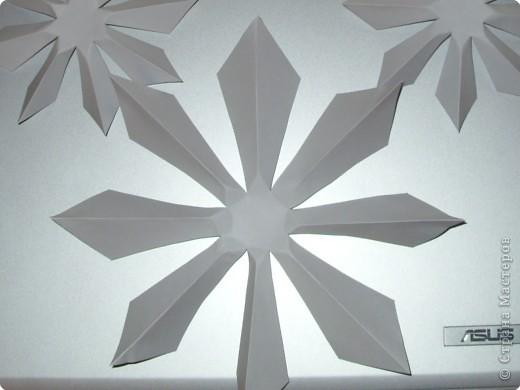 Такую ёлочку можно сделать из белой или цветной бумаги для принтера, а можно покрасить в процессе в золото или серебро  фото 21