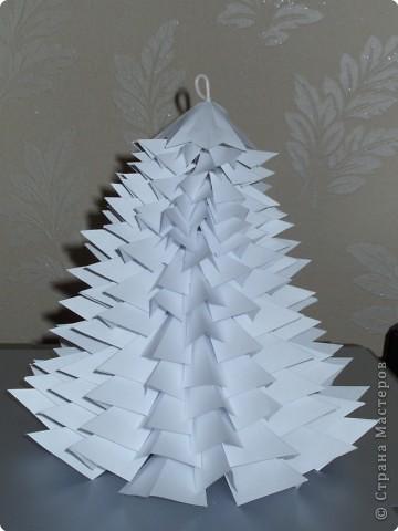 Такую ёлочку можно сделать из белой или цветной бумаги для принтера, а можно покрасить в процессе в золото или серебро  фото 33