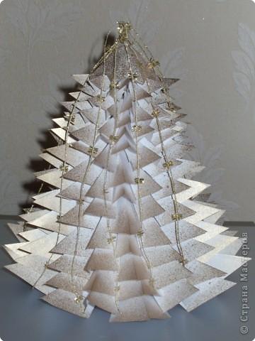 Такую ёлочку можно сделать из белой или цветной бумаги для принтера, а можно покрасить в процессе в золото или серебро  фото 36