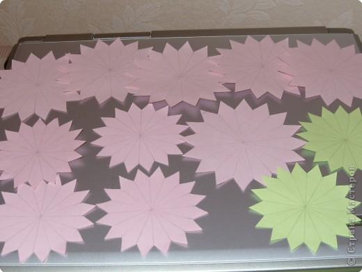 Для такого цветка нам понадобится: 6 больших розовых звезд, 4 маленькие розовые звезды, и 2 маленькие зеленые. фото 8