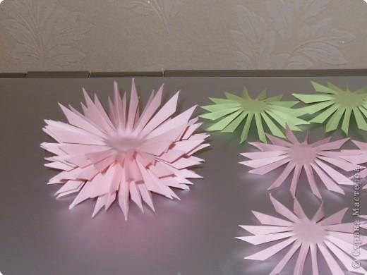 Для такого цветка нам понадобится: 6 больших розовых звезд, 4 маленькие розовые звезды, и 2 маленькие зеленые. фото 14