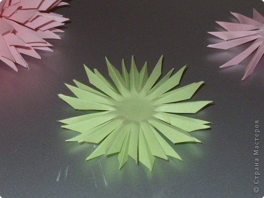 Для такого цветка нам понадобится: 6 больших розовых звезд, 4 маленькие розовые звезды, и 2 маленькие зеленые. фото 16
