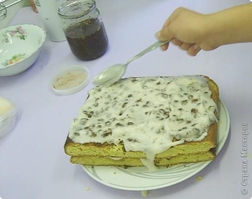 Каждый год на уроках кулинарии в 8 классе, девчата пекут этот торт. Конечно не шедевр по красоте, но очень вкусный и лёгкий в приготовлении. И самое главное, не надо ждать пока пропитается, он вкусен и в тёплом виде ( что не маловажно в рамках урока) фото 1