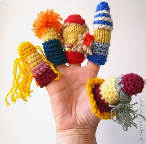 Такие вязаные куклы помогают нам делать пальчиковую гимнастику.