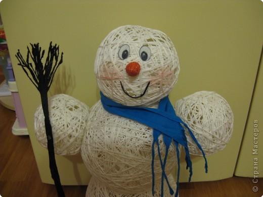 Таких снеговичков я делала в детстве. Недавно в Стране увидела петушка из ниток https://stranamasterov.ru/node/24544?tid=303. И урррра, все вспомнила!!! Как раз, вовремя, ведь скоро Новый год! фото 13