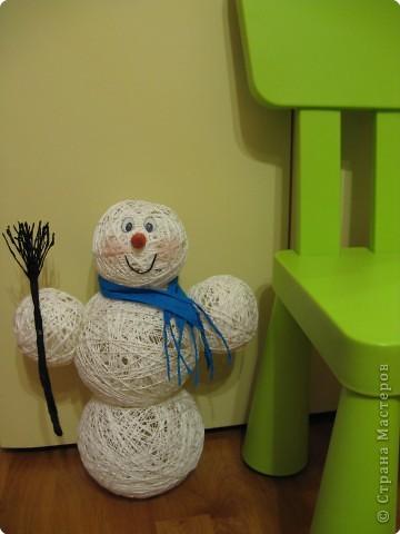 Мастер-класс Новый год Моделирование конструирование Снеговик из ниток  Готовимся к Новому году Бумага гофрированная Нитки Шарики воздушные фото 2