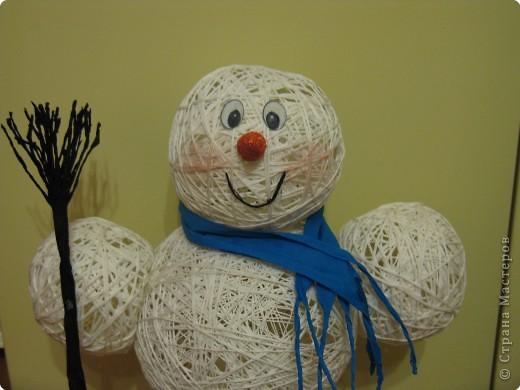 Мастер-класс Новый год Моделирование конструирование Снеговик из ниток  Готовимся к Новому году Бумага гофрированная Нитки Шарики воздушные фото 1