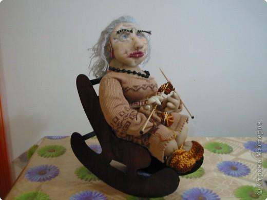 бабушка вяжет- текстильная кукла. кукла- из чулка платье и тапочки- связаны волосы- из мохеровых ниток кресло качалка- из фанеры(сделал мой младший сын)