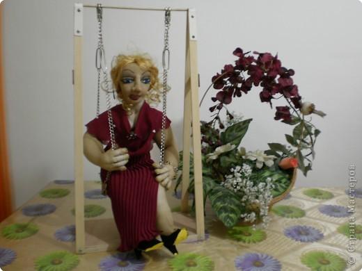 кукла из чулка-на качелях