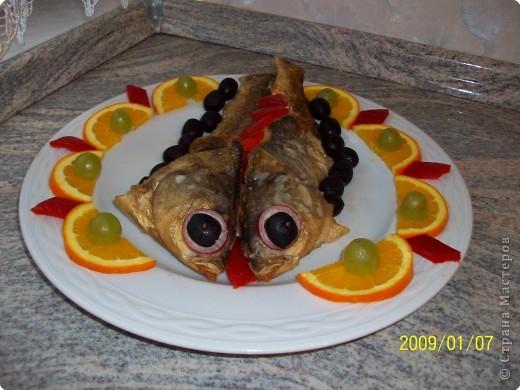 Отварить 100 гр. филе любой рыбы,поджарить на сл. масле одну луковицу добавить 1 ложку муки, соль, перец, мускат и пол стакана молока хорошо размешать . филе рыбы мелко порезать и выложить в массу, закрыть плёнкой и оставить остывать.Затем сделать маленькие палочки или шарики, обвалять в муке, в яйце и в панировочных сухарях, обжарить во фритюре.Выложить на тарелку украсить по желанию.. фото 3