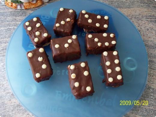 После оформления торта остались обрезки, подровняла полила распущенным шоколадом, поставила белым шоколадом точки. Получилось домино. фото 1