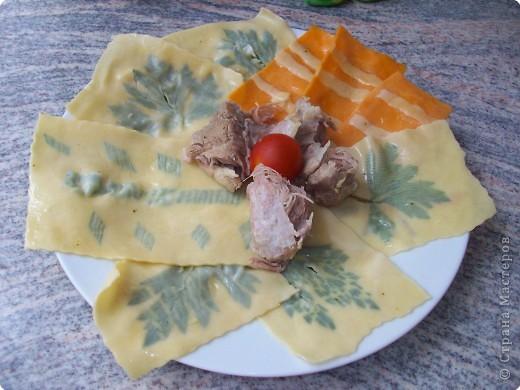 2 яйца .1 ложка  раст масла и мука тесто я раскатала на машинке  для лапши в середину положить любой листок базилик, сельдерей, лук зелёный сделать рисунок .Накрыть другим пластиком теста и прокатить на машинке.