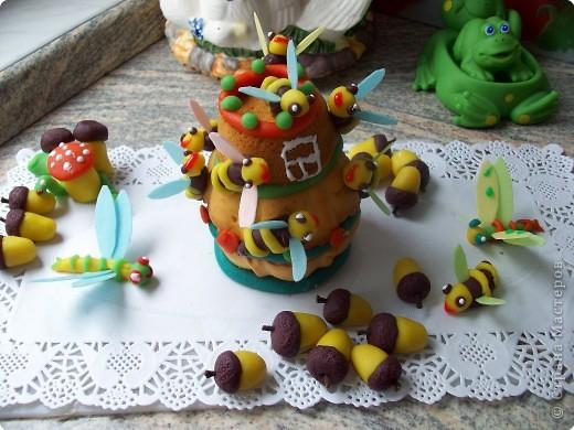 Это кексы. Один поставила, второй на него перевернула и украсила. Жёлуди и стрекозки из марципана, крылышки из  цветной пищевой бумаги.  фото 1