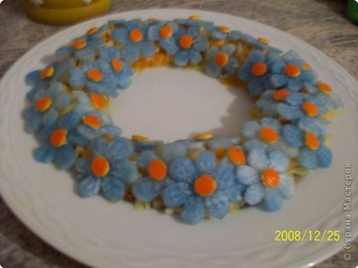 Так можно украсить любой салат. Цветочки из дайкона положить в воду, подкрашенную пищевым красителем. фото 1