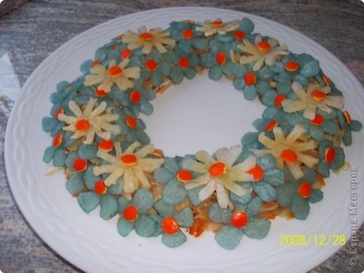 Так можно украсить любой салат. Цветочки из дайкона положить в воду, подкрашенную пищевым красителем. фото 2
